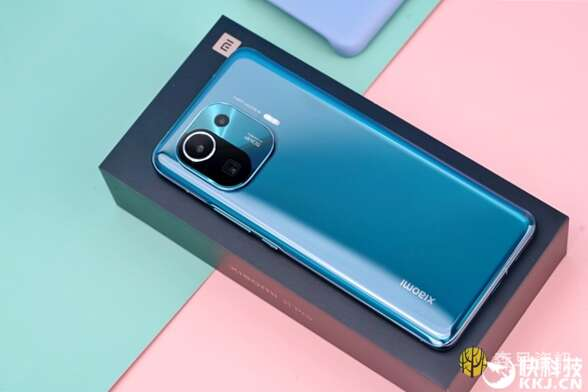 """小米首款IP68手机!""""安卓机皇""""小米11 Pro开箱图赏"""